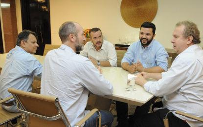 Mauro Carlesse recebe empresários interessados em investir no Estado