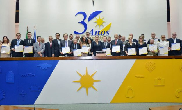 Parlamentares entregam títulos de cidadania tocantinense em sessão solene